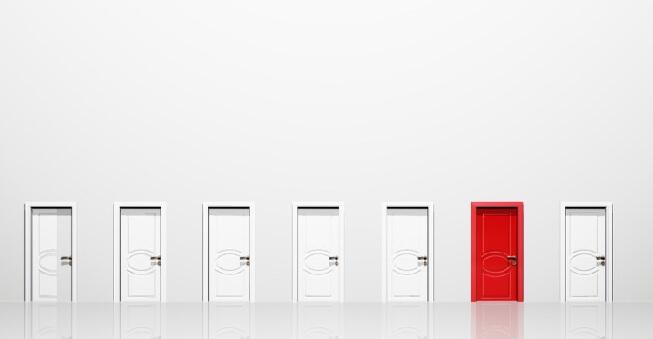 تمایز در کسبوکار به وسیله برندینگ - در عکس هفت در دیده میشود که یکی از آنها با رنگ قرمز متمایز شده است.