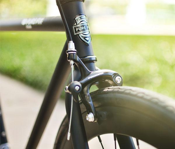 نمونه جزئیات تصویر که از ترمز و بدنهی بک دوچرخه ثبت شده است، این نمونه در عکاسی برای فروش محصولات آنلاین استفاده میشود